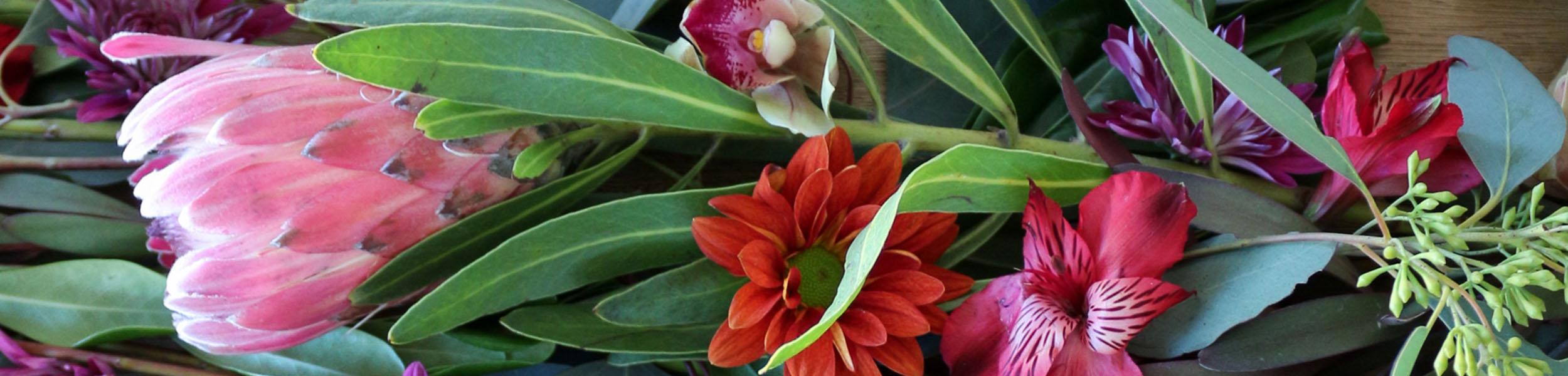 eucalyptus-flower-garland-holiday-tablescape-slider-1111lightlane
